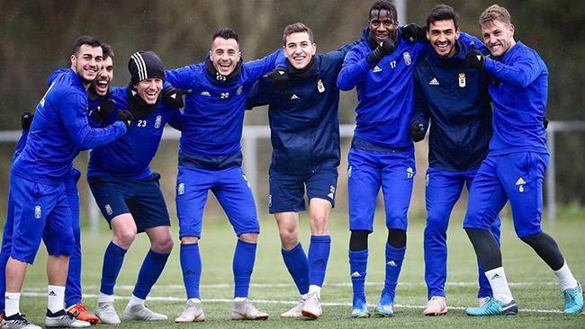 Alanís posa junto a sus compañeros del Oviedo