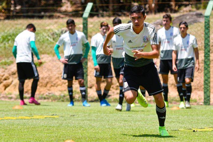 Emilio Lara in a training of the Tri sub 17