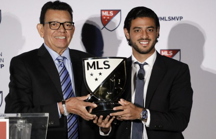 Fernando Valenzuela and Carlos Vela with the Most Valuable Player of the MLS award