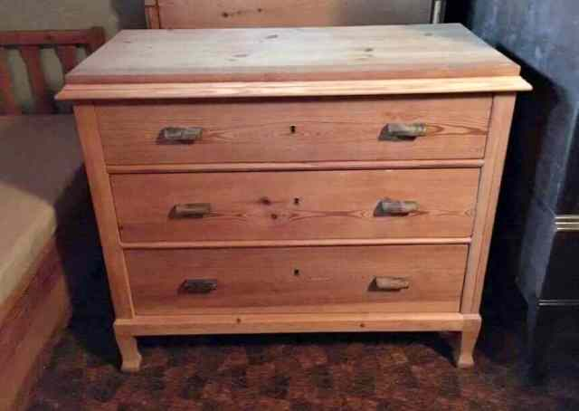 chest of drawers before transformation