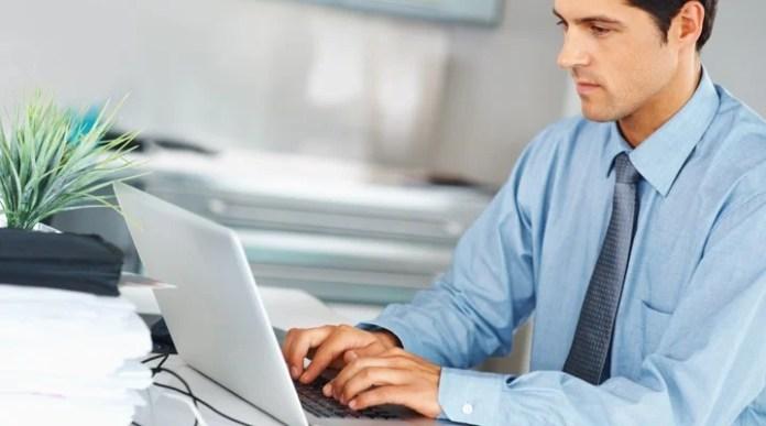 hombre con su computadora de oficina