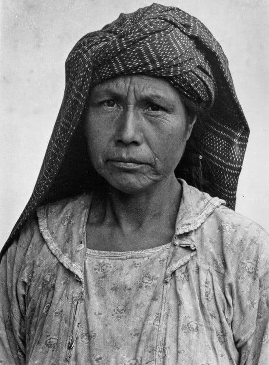 mujer indígena de México usando un reboso en la cabeza