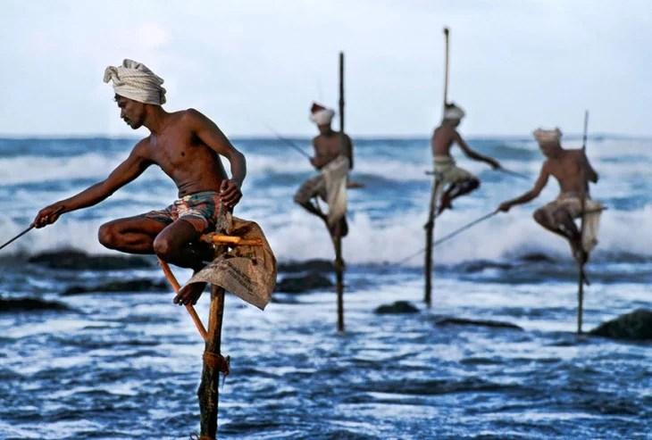 hombres sobre unos zacos pescando en el mar