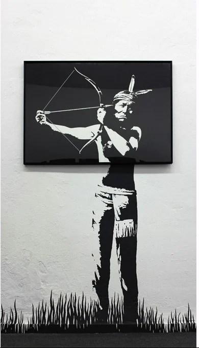 indio tirandose una flecha