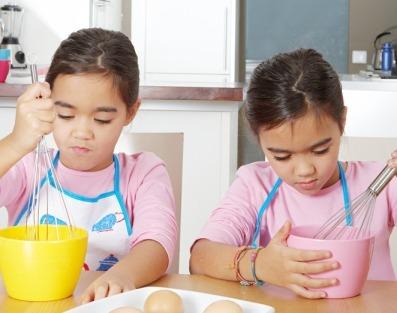 gemelas zurdas jugando a la cocina