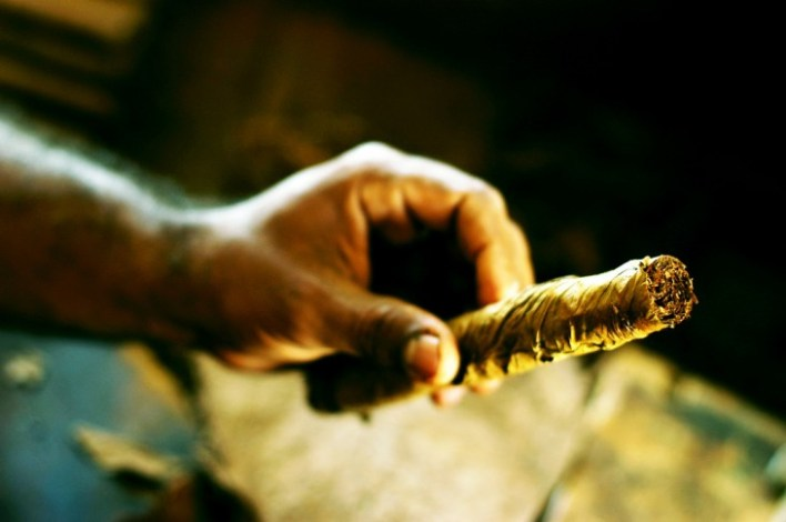 Mano sosteniendo un cigarro