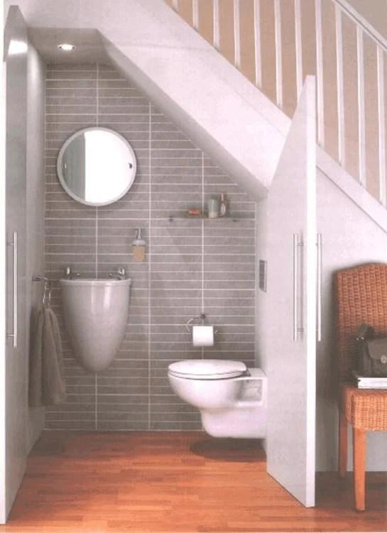 baño debajo de las escaleras de una casa
