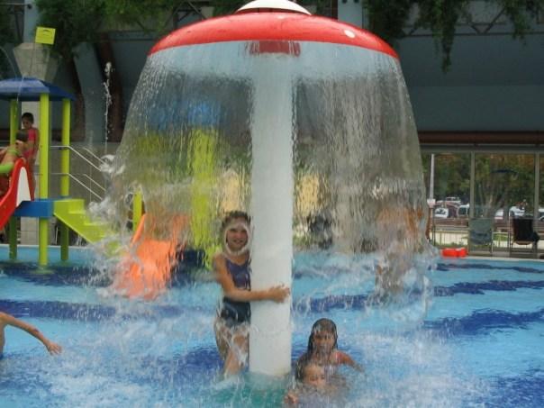 Fotografía de una niña bajo el agua en donde se hace un pequeño marco en su rostro
