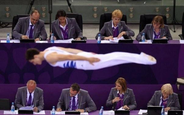 foto del momento preciso en el que un gimnasta salta en una competencia