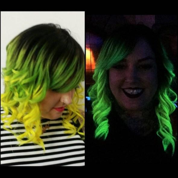 chica con el cabello que brilla en la oscuridad