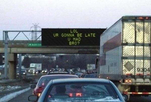 carros en medio de un embotellamiento con un letrero donde dice que si van tarde
