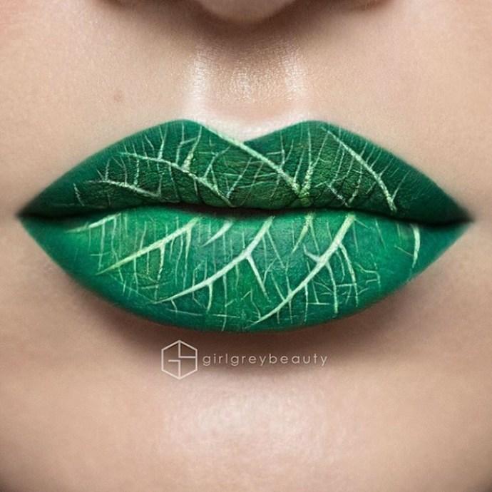 lábios pintados com um desenho de uma folha verde