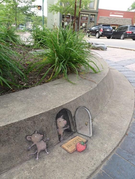 David Zinn acho que um desenho de giz de um rato que sai de uma casa, enquanto outro está oculto