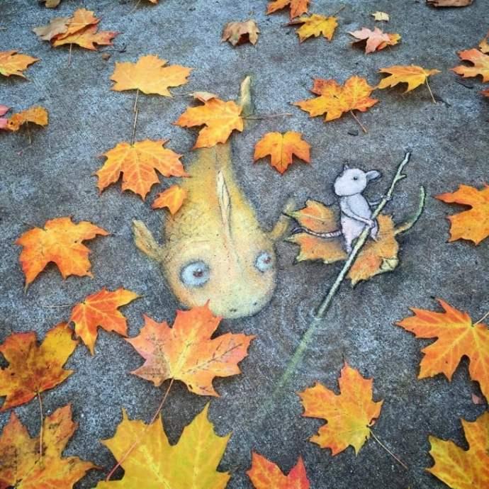 David Zinn criar uma obra de arte no piso de um peixe com um rato interagindo com folhas secas no chão