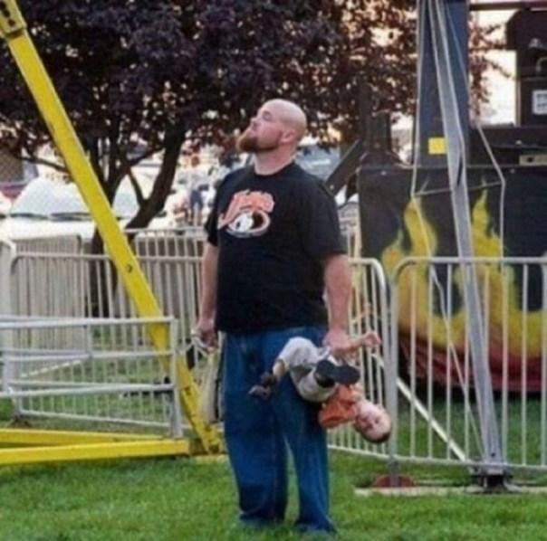 papá carga a su niño de la pierna