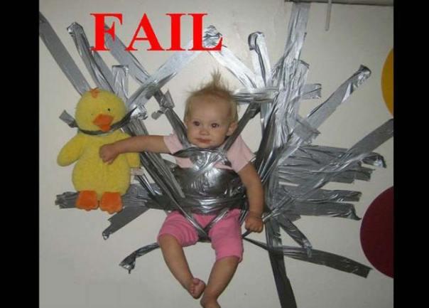 bebé es pegada a la pared con cinta metálica