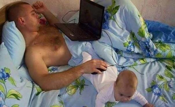 papá usa a su bebé como soporte del mouse de su computadora