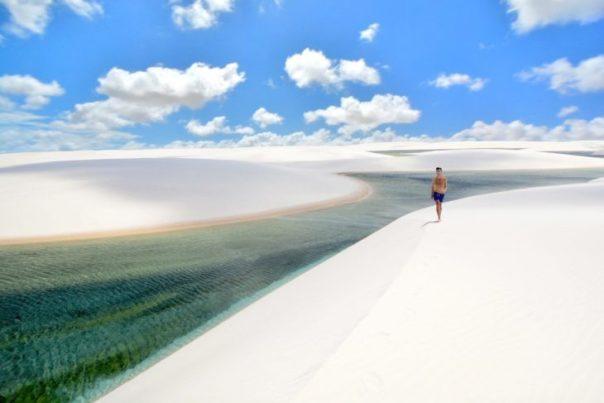 hombre caminando por el parque nacional Maranhenses en Brasil
