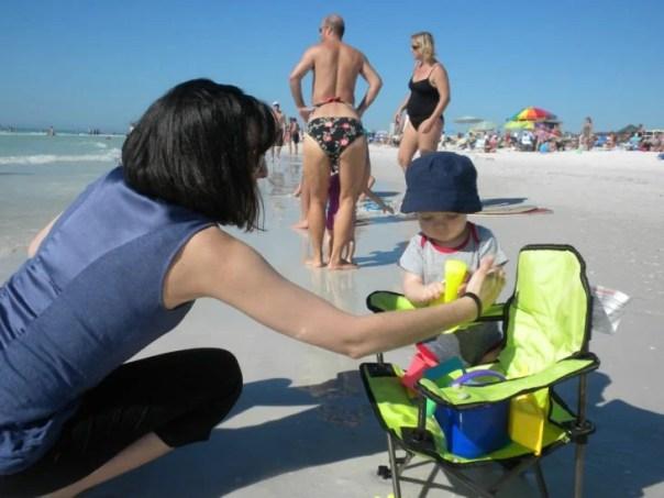 Fotografía en la playa en la que parece que un hombre trae bikini