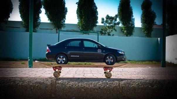 Ilusión óptica da la impresión que patineta está cargando un coche