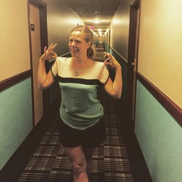 Mujer con ropa igual que hotel