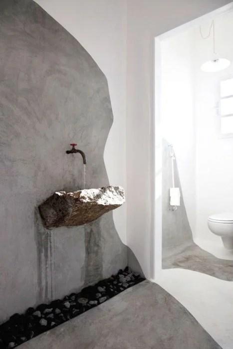 lavabo hecho de roca y piedritas