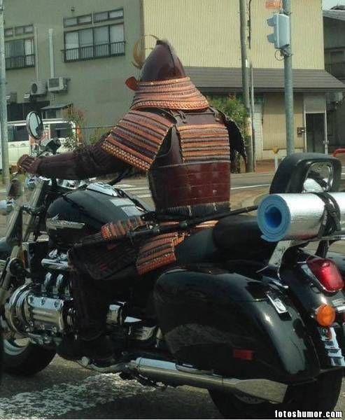 ciclista con armadura samurai