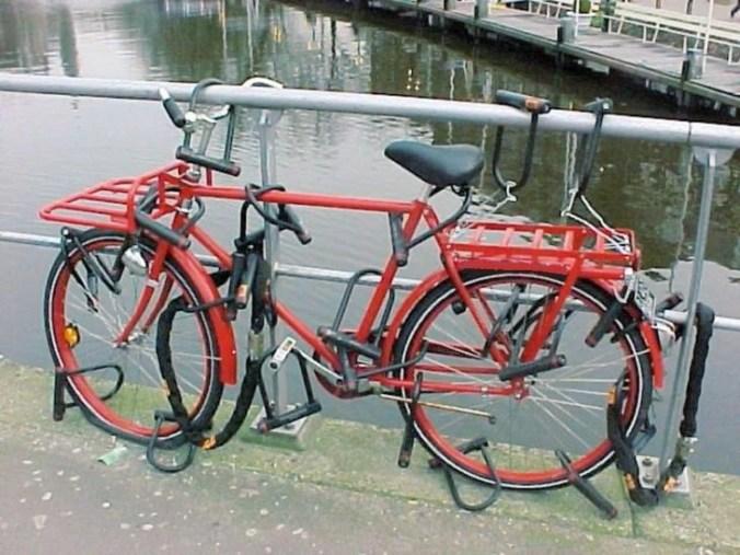 bicicleta con muchos candados