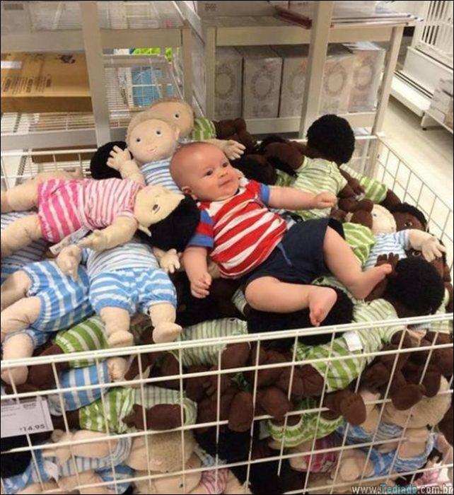 bebé en pila de muñecos