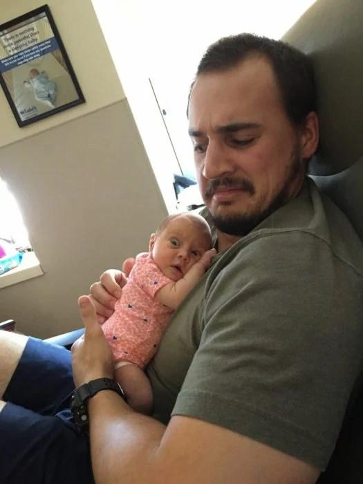 bebé y papa haciendo gestos graciosos