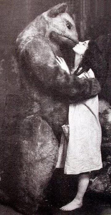 foto vieja de botarga besando a mujer