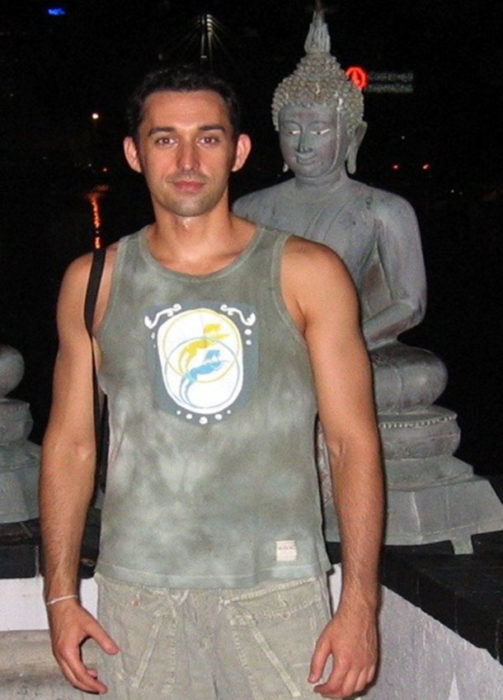 muchacho frentae a escultura d ebuda