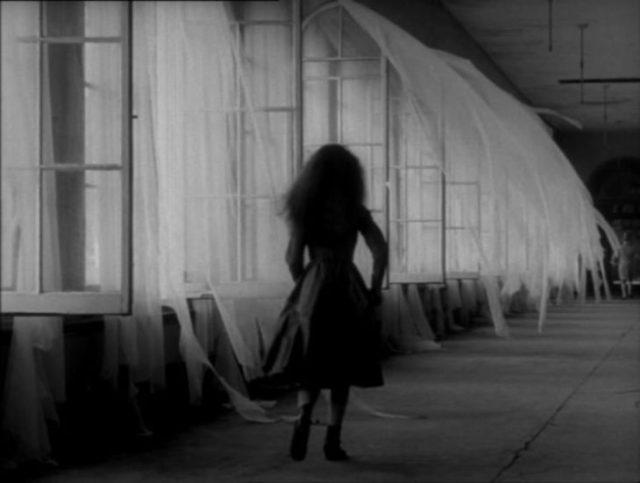 niña anda en un corredor oscuro