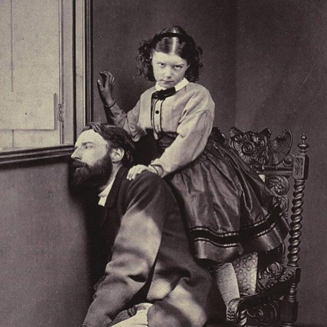 foto vieja de niña con un hombre