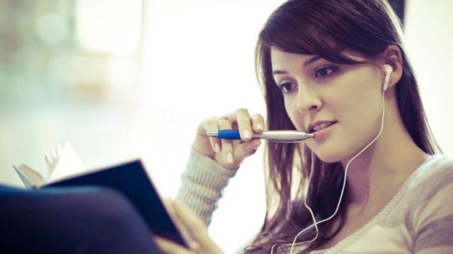 mujer escribiendo escuchando música