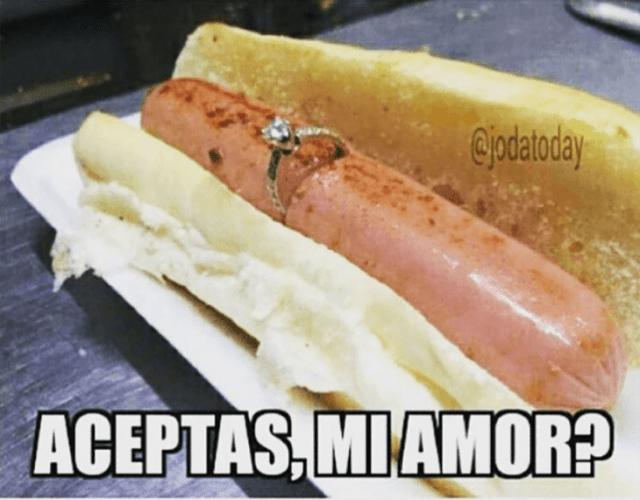 hot dog con anillo de compromiso