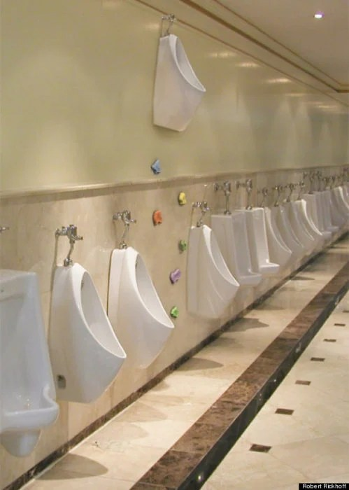 urinario alto al qque sólo se llega escalando