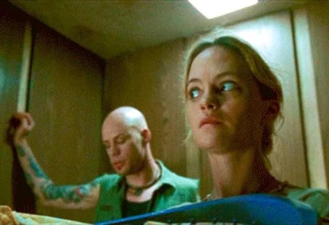 mujer en el ascensor con un hombre sospechoso