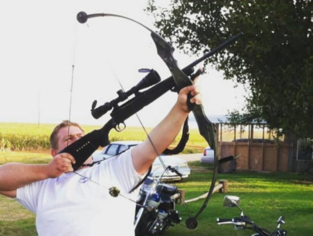 hombre con un un arco que utiliza cual flecha una escopeta