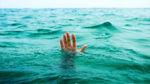 mano mar alguien ahogándose