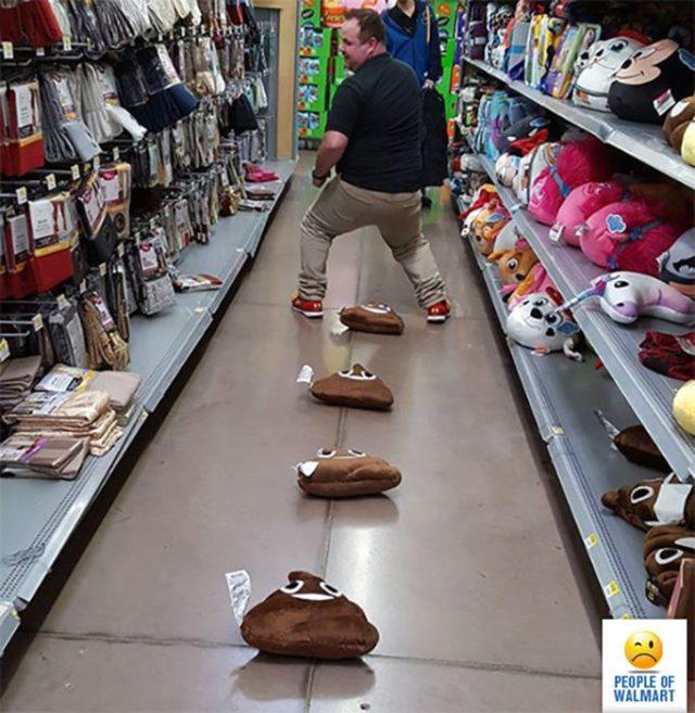 hombre y peluches de popó en el piso