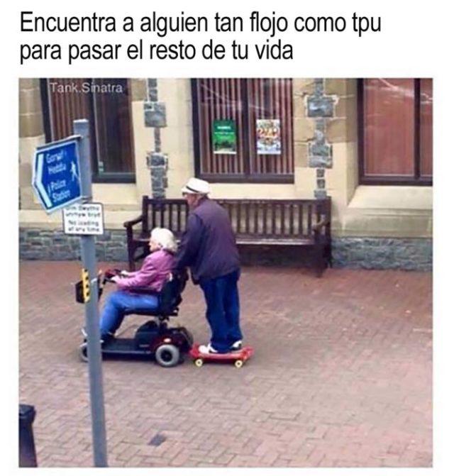 anciano en patineta empuja la silla de ruedas de una anciana