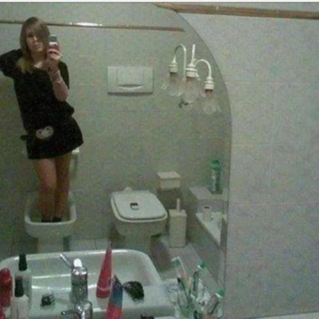 mujer se jala una selfie dentro de un inodoro