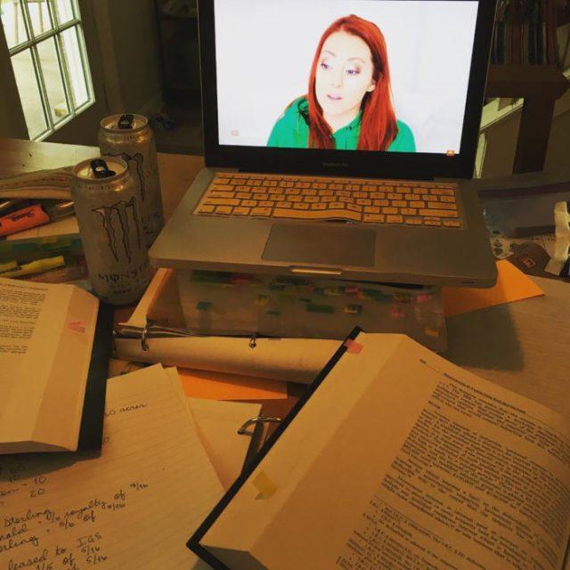 libros y notebook con chavala peliroja