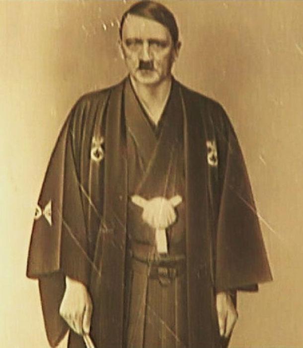 Hitler en indumentaria clásica japonesa