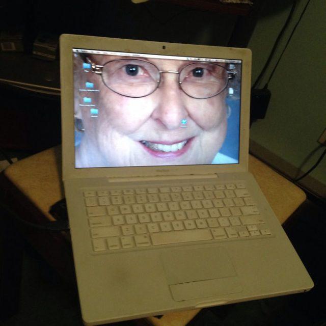 laptop con la fotografía de una anciana cual fondo de pantalla