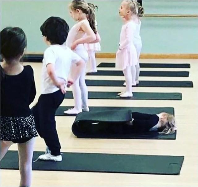 niña acostada en clase de ballet