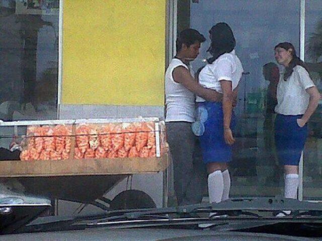 pareja agazajandose al lado de unas frituras