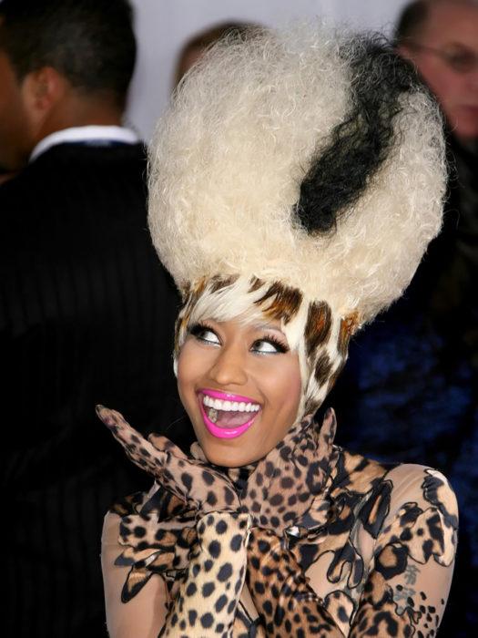 nicki minaj con pelo peinado de leopardo y esponjado color platino
