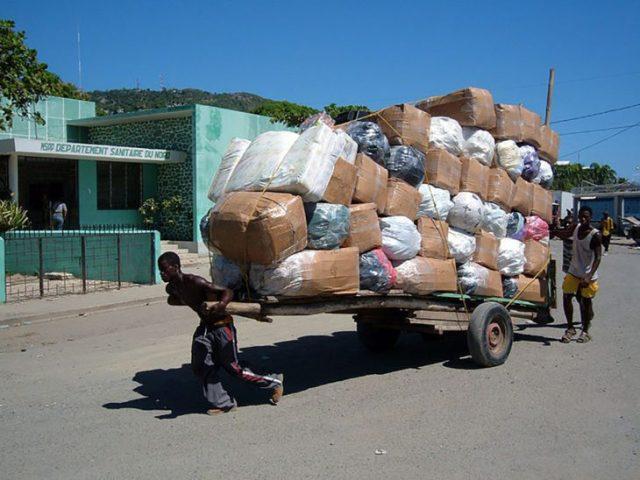 hombre cargando muchos bultos